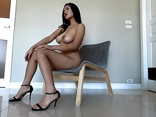 Gorgeous Beauty Kahlisa Gets Naked And Shows Off Yummy Rump And Titty